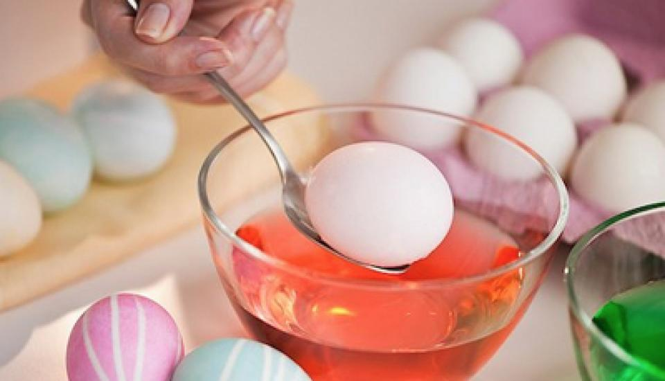 egg going into dye large