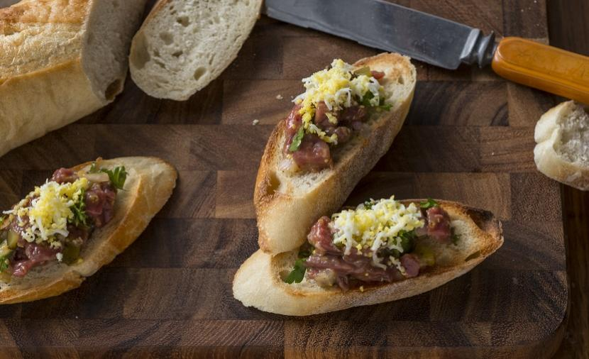 recettes steak tartare sur cro tons avec minc d ufs et ciboulette. Black Bedroom Furniture Sets. Home Design Ideas