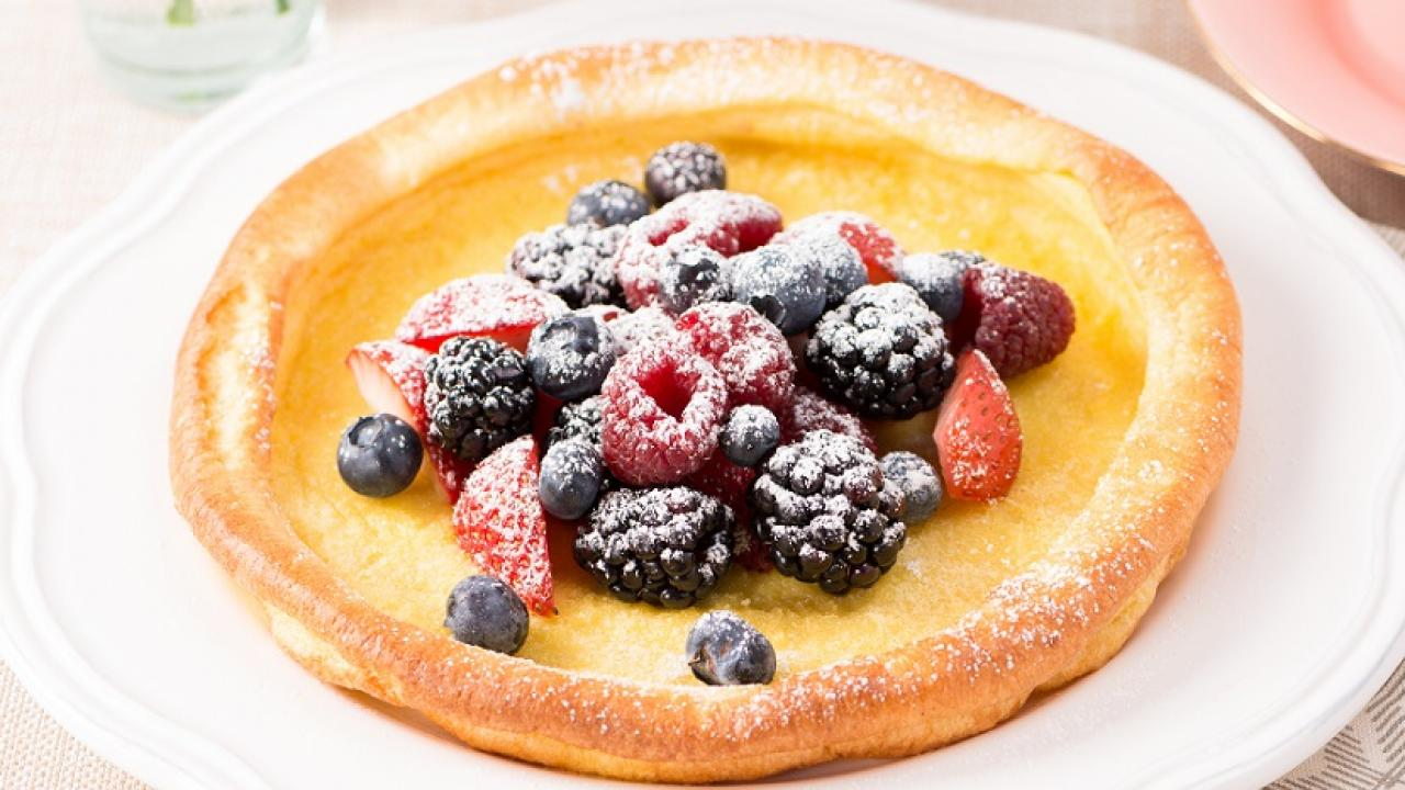 Dutch Baby Pancakes with Fresh Berries Petites crepes hollandaises aux petits fruits frais CMS
